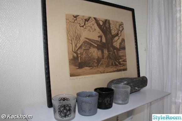 vit hylla från Åhléns,ljuskoppar från ikea,gammal tavla,ljuskopp