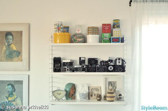 stringhylla,kameror,plåtburkar