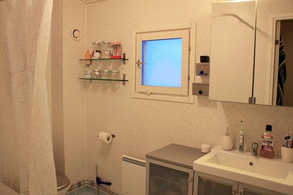 före-bild,badrum,budgetrenovering,våtrumstapet,före & efter