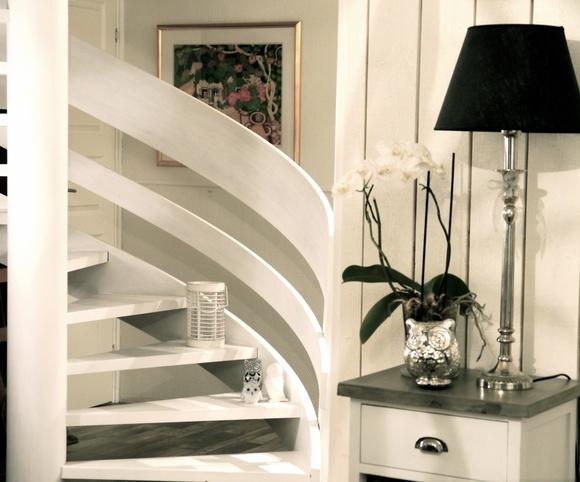 vitmålad trappa,orkidé,vit ljuslykta