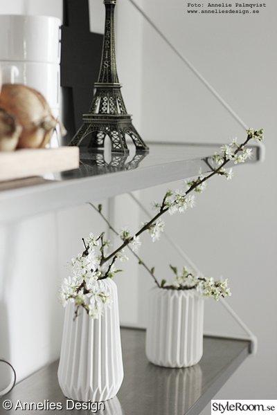 eiffelorn i inredningen,hylla,vita vaser,körsbärskvistar