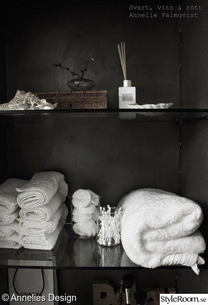 handdukar,vitt,grått,doftpinnar,inredningsdetaljer badrum