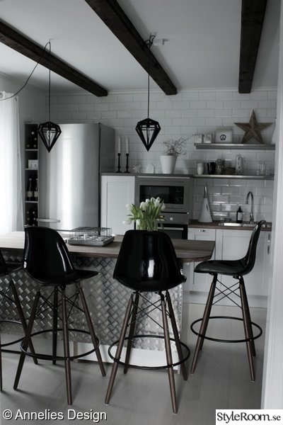 Kok Industridesign : Bild po vitt kakel  Kok med industriell stil av Svartvittochrott