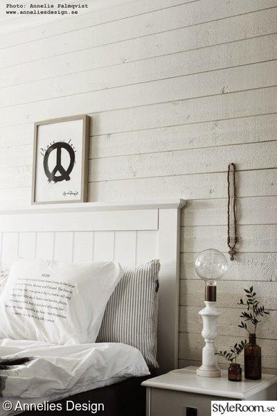 liggande panel,sängbord,tempursäng,marmor lampa,stor glödlampa