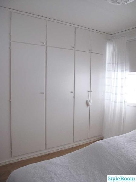 målade garderober,gamla luckor,inbyggda garderober,klädförvaring