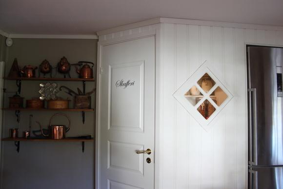 kök,skafferi,väggord,pärlspont,spegeldörr