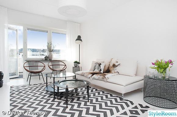 Vardagsrum med randig svartvit matta