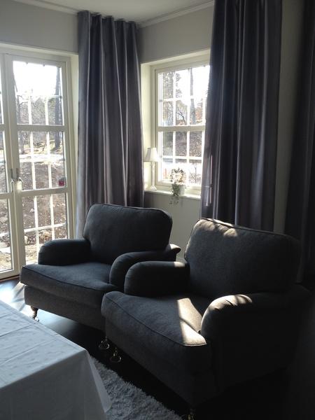 Soffor i vardagsrum från Trademax och gardiner från Jotex