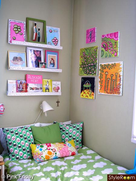 sovrum,säng,kuddar,tavlor,konst