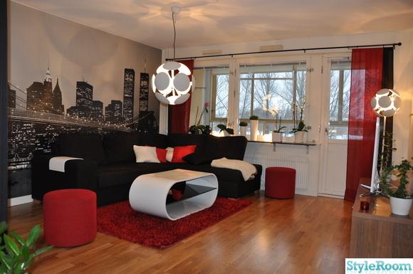 rumsbord,lampa vardagsrum,svart soffa,fondvägg,vitt bord