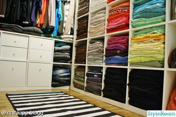 walkincloset,walk-in-closet,kläder färgordnig,sorterat,frontat