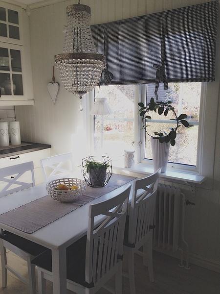 kök,rutiga gardiner,vitt matsalsbord,porslinsblomma
