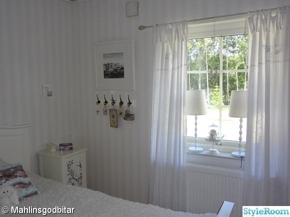 fönster,krokar,lampa,knytbanslängder monogram