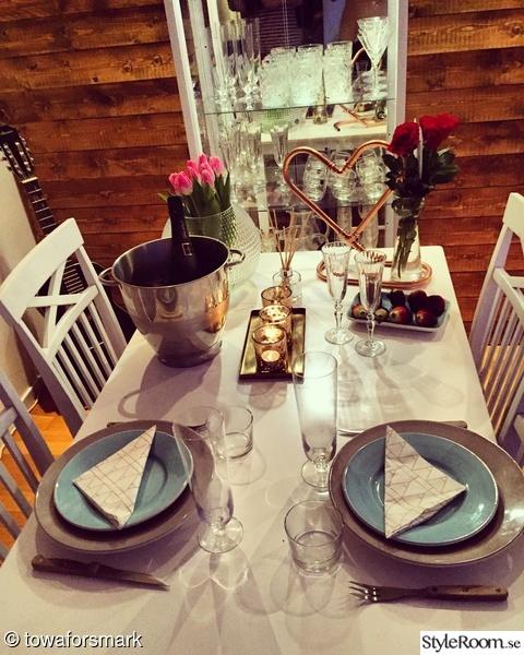 rosor,dukning,vitrinskåp,allahjärtansdag,vardagsrum