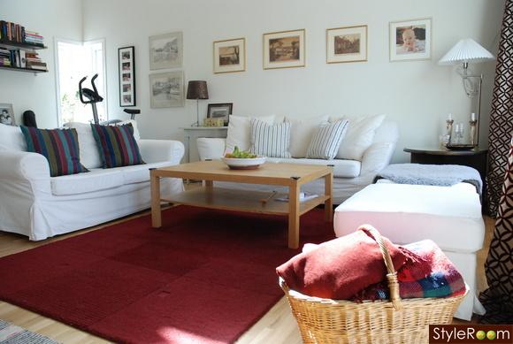 vita soffor,röd matta,tomelilla,ektorp,vardagsrum