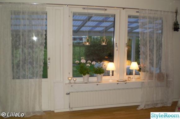 vardagsrumsfönster,spetsgardiner,lampor,ljusstakar,mårbackapelargoner