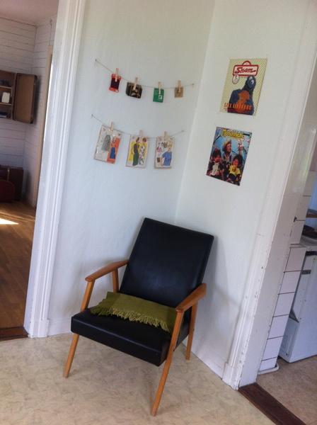 50-tal,60-tal,väggförvaring,väggdekoration lp-skivor på väggen,pläd