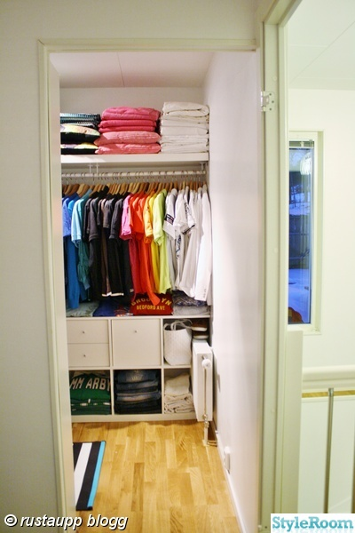 walkincloset,walk-in-closet,kläder färgordnig,sorterat,frontat