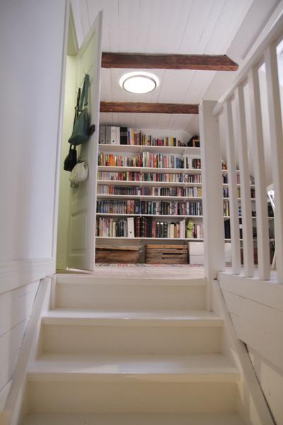 vitmålad trappa,bokhylla