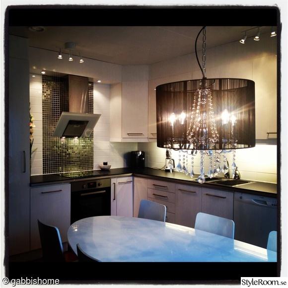 nyrenoverat kök,vitt och svart kök,högblankt kök,högblanka luckor,silvermosaik