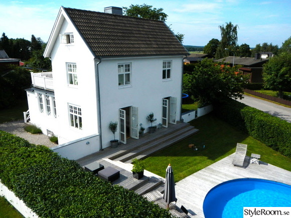 vitt hus,pool,balkong,pooldäck,husfasad
