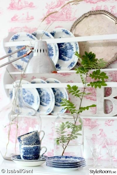 rosa tapet,engelskt porslin,stilleben,rostigt,tallrikshylla