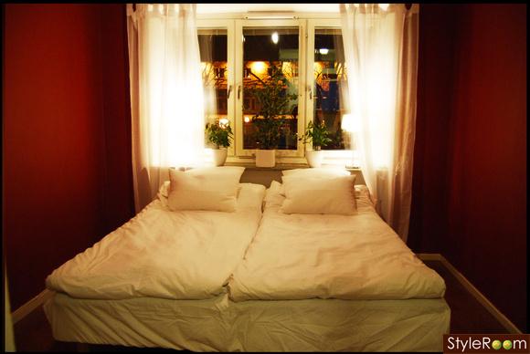 vinrött,dubbelsäng,blommor,fönster,gardiner
