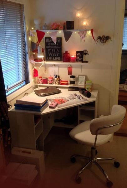 skrivbord,skrivbordshörna,arbetshörna,ikea borgsjö hörnskrivbord,skrivbordsstol