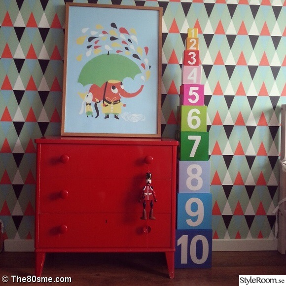 Röd byrå i barnrum