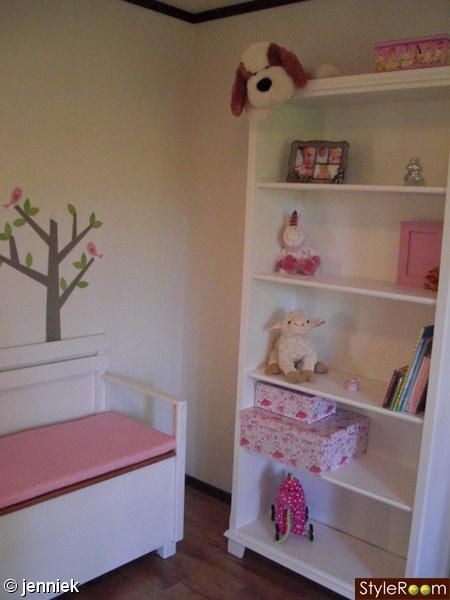 Bild på vit bokhylla vit soffa Estelles rum av JennieK
