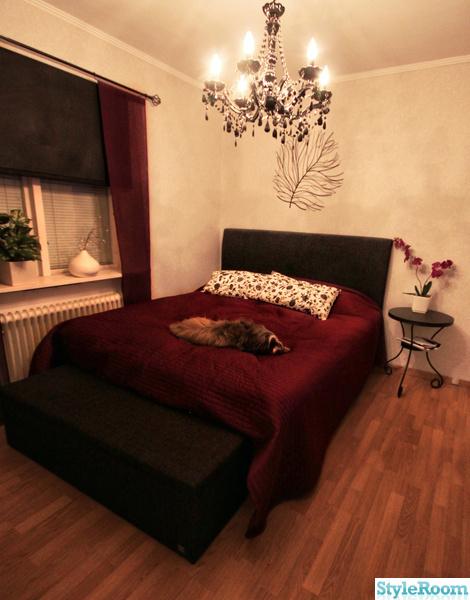 391340 sovrum lila vitt rosaöverkast ikea tv gardiner fönster bänk förvaring ljuskrona sängbord