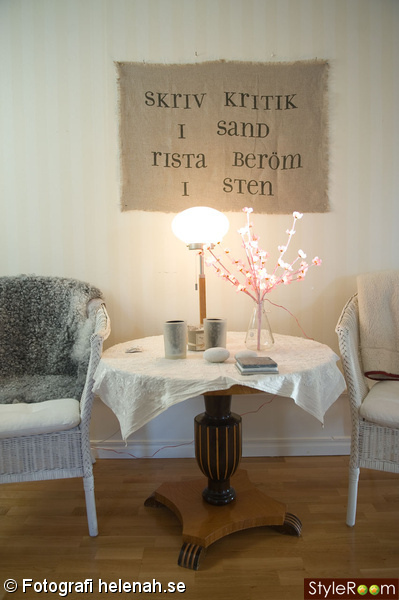 ordspråk,lampa,fårfäll,stol