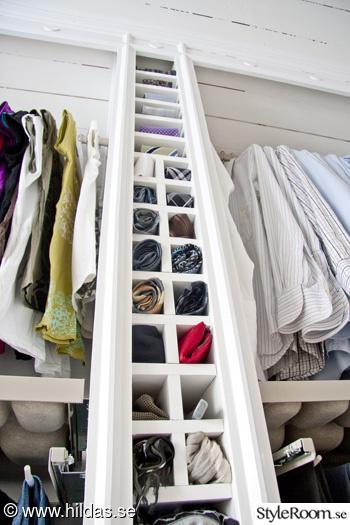 walk in closet,klädkammare,målat trägolv,klädförvaring,garderob