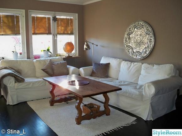 vita soffor,vit matta,målad vägg,silverlampa,silverbricka