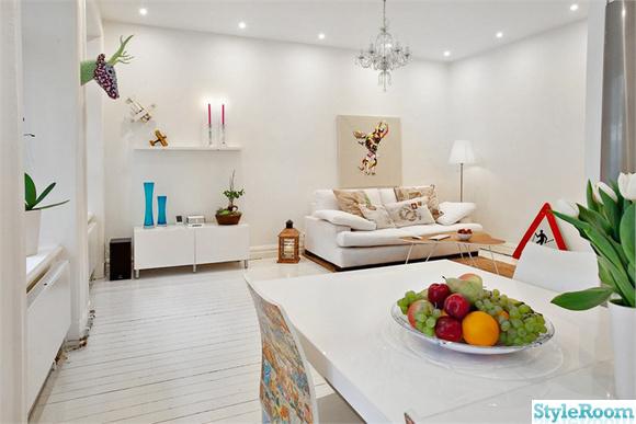 Stort vitt vardagsrum