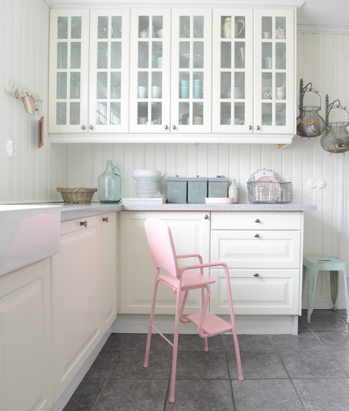 lantlig stil,lantligt kök,retro,barnstol,kök