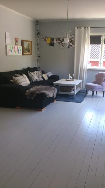divansoffa,vitt bord,vitt golv,rosa fåtölj,mässingsbricka