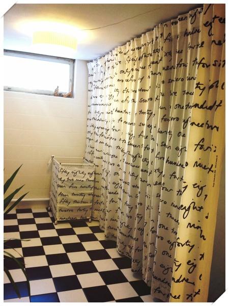 draperi,rutigt golv,badrum,tvättstuga,tvättkorg