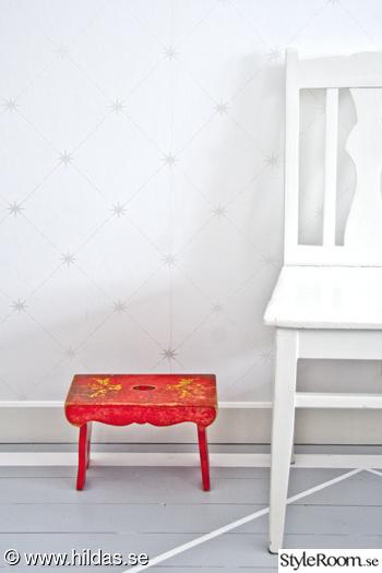 målat trägolv,grått golv,pall,röd pall,röd