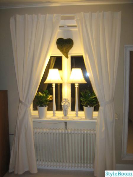 fönster,lampor,mosshjärta,gardiner