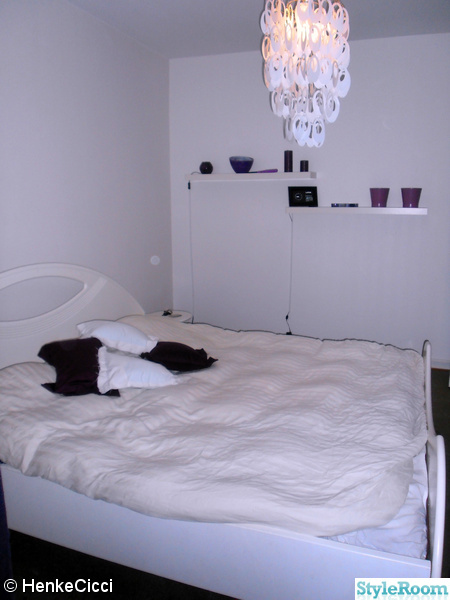 312226 sovrum sovrummet taklampa vattensäng säng lila vitt hyllor digitalfotoram fotoram jpg