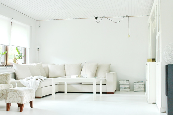 soffa,ljus soffa,glasbord,vitt golv,vitt golv parkett