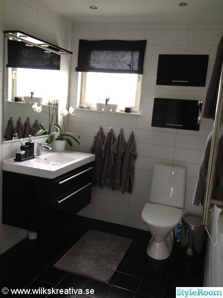 klinkers,kakel,badrum,svart,vitt,grått,toalett,handfat,kommod,väggskåp,badrumsskåp,duschvägg