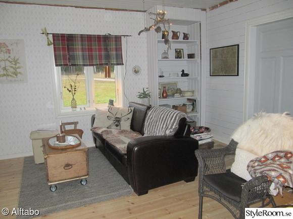 djurfäll,hjortkudde,kopparlampa,soffa,korgstol