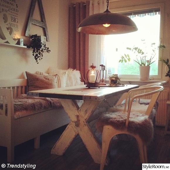 matbord,lantligt,industri,lampa,stolar