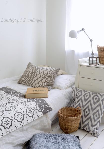 Bild på kuddar Lantligt på Svanängen Sovrum i jordfärger! Mattan på sängen och kuddarna på