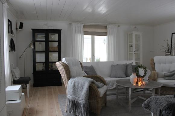 svart vitrinskåp,bruka korgstol,matta grå,ikea soffa,rif design vas