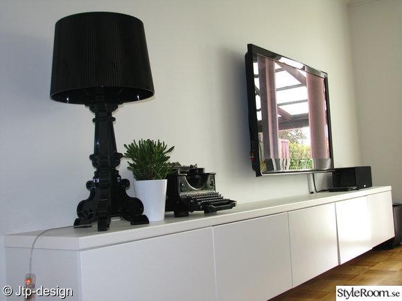 tv-bänk,lampa,kartell,skrivmaskin,växt