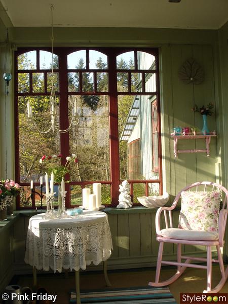 glasveranda,rosa stol,runt bord,lantligt,gröna väggar