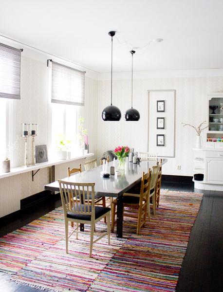 långt matbord,trasmattor,svart trägolv,höga fönster,spira gardin